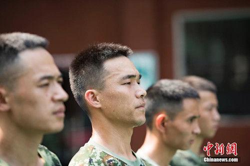 """近期,浙江金华地区一直处在40摄氏度的高温天气,而消防战士们却依然要身穿""""棉袄"""",佩戴几十斤重的特殊装备,在烈日下完成危险性极高的各项训练,时刻准备应对突发任务。 潘亮亮 摄"""