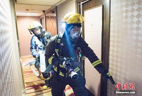 战士们正在进行消防演练。 潘亮亮 摄