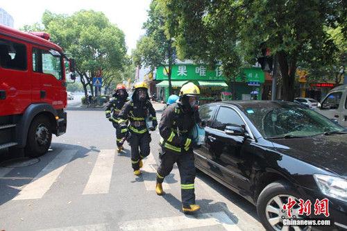 消防官兵接警后冲向火场。 潘亮亮 摄