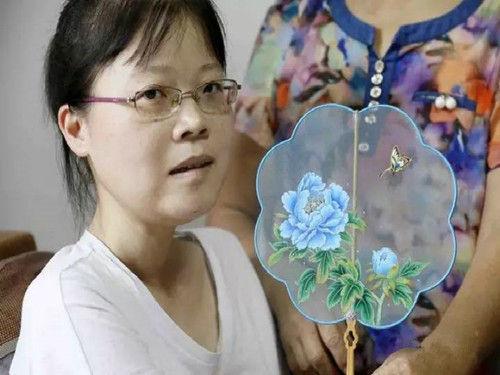 汪玉婷和她的画作。开化宣传部提供