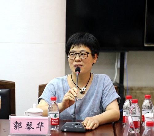 图为:法官家属就思想、工作、生活展开畅谈。李江林