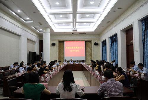 图为:签字仪式后举行法官家属座谈会。李江林