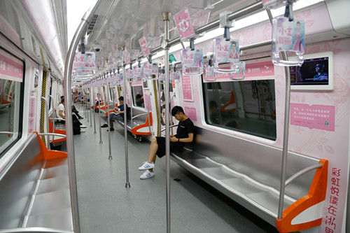 图为:粉色的车厢内印有爱情主题的书摘。王远