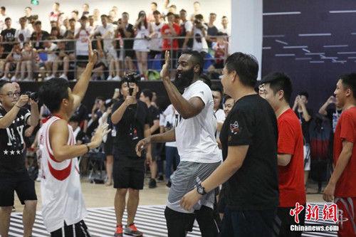 """8月10日傍晚,美国男子职业篮球联赛(简称""""NBA"""")球星詹姆斯・哈登现身浙江杭州阿里巴巴西溪园区。当天,在阿里巴巴西溪园区篮球馆,由阿里88会员组成的天猫队和身着黑色球衣的火拼队打得热火朝天,而蓄着标志性大胡子的哈登作为助理主教练,不时给予热情鼓励,还为队友""""面授机宜""""传授战术,甚至按捺不住亲自上场,展示了一把他的超距三分球。主办方供图"""