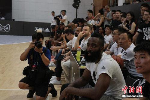 """8月10日傍晚,美国男子职业篮球联赛(简称""""NBA"""")球星詹姆斯・哈登现身浙江杭州阿里巴巴西溪园区。当天,在阿里巴巴西溪园区篮球馆,由阿里88会员组成的天猫队和身着黑色球衣的火拼队打得热火朝天,而蓄着标志性大胡子的哈登作为助理主教练,不时给予热情鼓励,还为队友""""面授机宜""""传授战术,甚至按捺不住亲自上场,展示了一把他的超距三分球。胡丰盛 摄"""