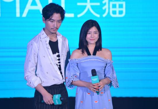 图为:陈晓、陈妍希夫妇出席活动。 李晨韵