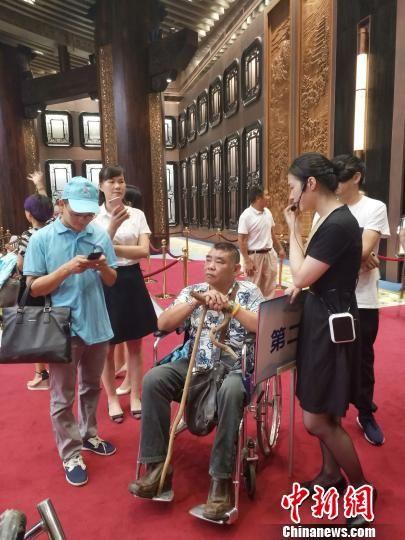"""图为:肢体残疾人共同庆祝第八次""""全国肢残人活动日""""。 王潇婧 摄"""