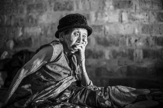 22位耄耋老人诠释活着:世界以痛吻我,我却报