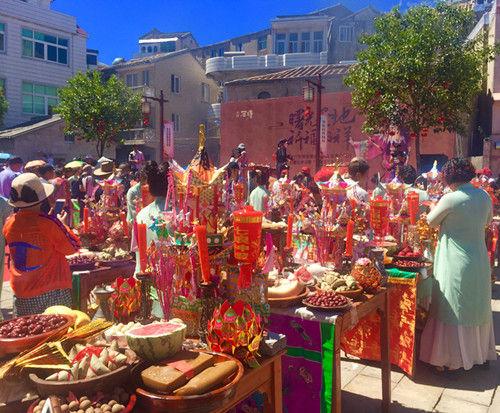 """石塘居民在祭桌摆上彩亭彩轿和五牲、五果、六菜、四福食,举行""""小人节""""祈福礼。杨韵仪"""