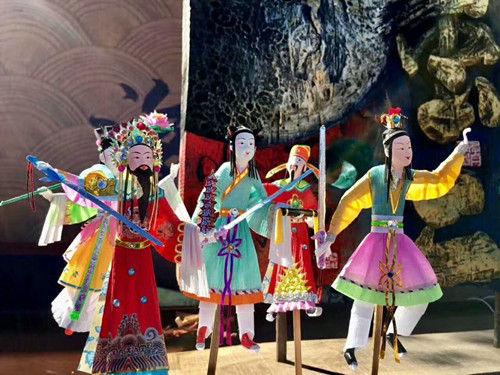 当地民间艺人手工制作的纸扎玩偶小人。杨韵仪