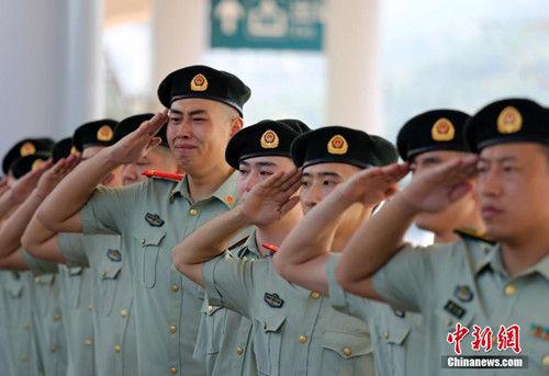 """9月5日,丽水武警官兵正在送别退伍老兵。当日,浙江武警迎来一年一度的""""退伍季"""",退出现役的老兵纷纷卸下警衔,踏上返乡之路。中新社发 罗圣雄 摄"""