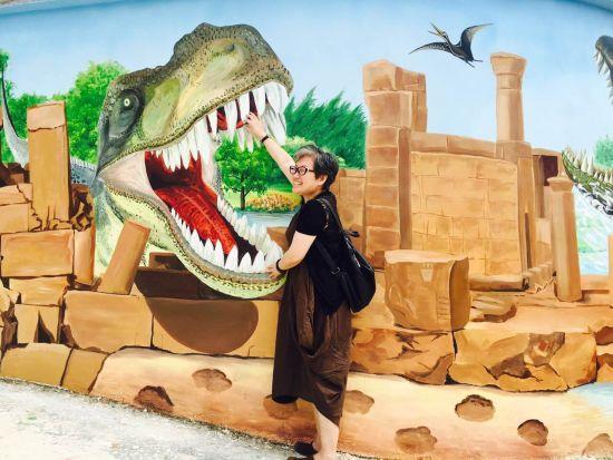 游客在3D彩绘墙面拍照留念。长宣