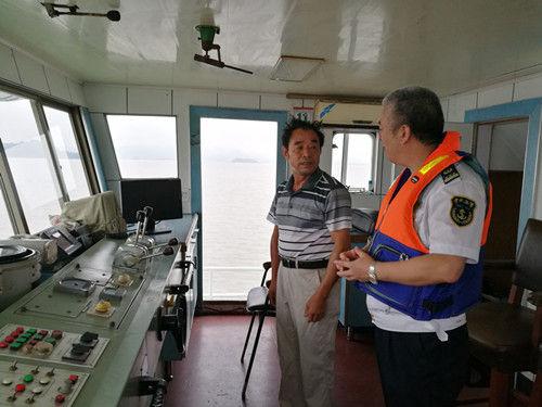 图为宁波海事局执法人员进行防台巡航检查。李鹏