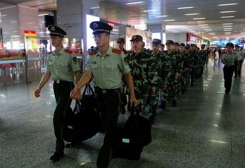 图为:多名武警新兵达到温州。张新磊(通讯员)