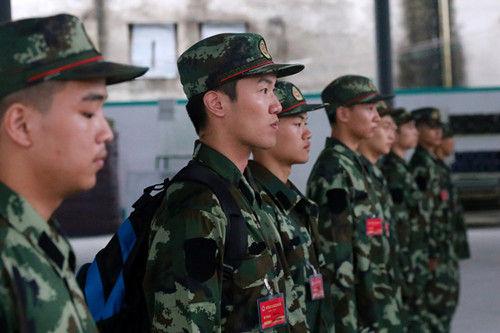 图为:武警新兵正在进行队列。张新磊(通讯员)