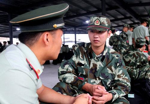 图为:武警新兵正在和老兵交流互动。张新磊(通讯员)