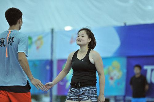 图为:重庆队选手在得分后击掌庆祝。王远