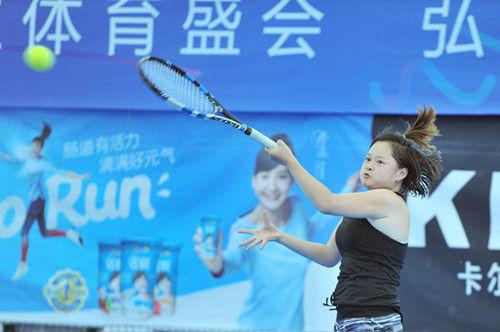 图为:重庆队选手正奋力打出一球。王远