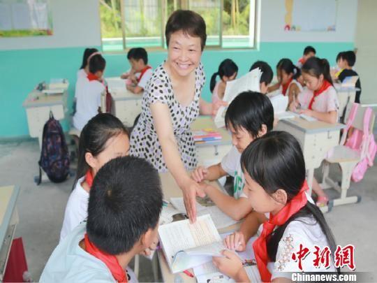 课堂上的戴建丰 龙游宣传部提供 摄