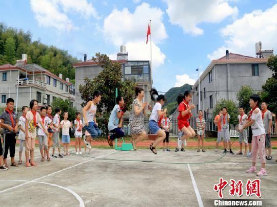 戴建丰与学生们一起跳绳 龙游宣传部提供 摄