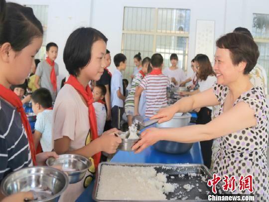 戴建丰不仅要从事日常教学,还要为学生干些做饭烧水之类的生活事务 龙游宣传部提供 摄