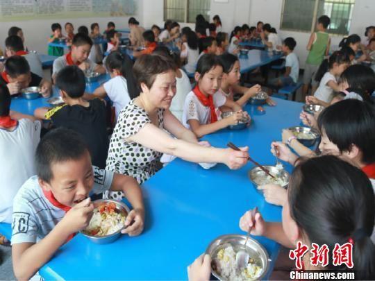 戴建丰与学生们一起吃饭 龙游宣传部提供 摄