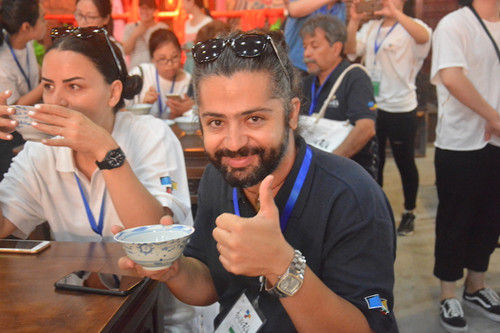 海外艺术家品尝松阳传统饮食。松阳新闻提供