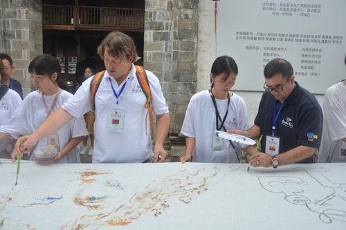 中外艺术家相聚浙江松阳古街齐绘百米长卷。松阳新闻提供