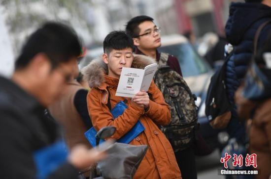 资料图:2016年11月27日,山西太原,参加2017年中国国家公务员考试的考生在考前紧张复习。中新社记者 韦亮 摄