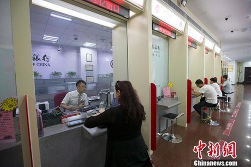 资料图:山西太原,民众在银行办理业务。中新社记者 张云 摄