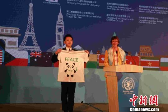 MMUN总执行官朱迪斯揭晓了官方T恤艺术设计获奖名单。 活动方提供