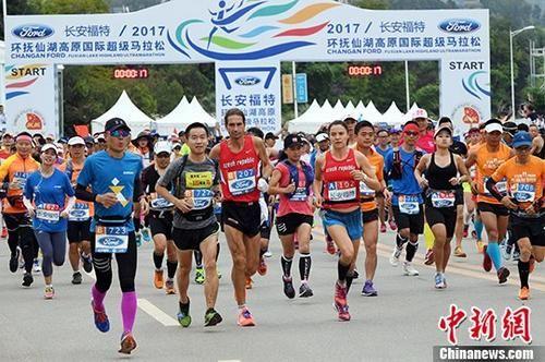 马拉松比赛现场。 中新社记者 李进红 摄