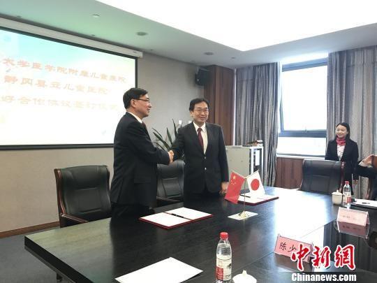 图为:日本静冈县立儿童医院与浙江大学医学院附属儿童医院签署友好合作协议。 方�� 摄