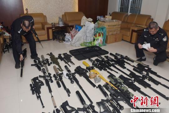 图为:警方缴获的非法枪支。 李建林 摄