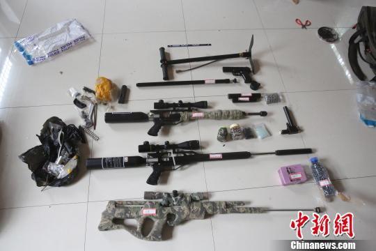 图为:非法枪支及组装零件。 李建林 摄