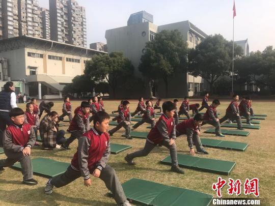 杭州市实验外国语学校学生上体育课的现场。 王题题 摄