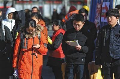 昨日,北京五十中分校,2018年国家公务员考试开考。图为申论考前,考生们在考场外温书。新京报记者 彭子洋 摄