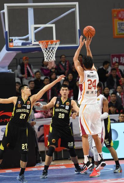 图为:浙江稠州银行队队员正在投篮。 王刚 摄