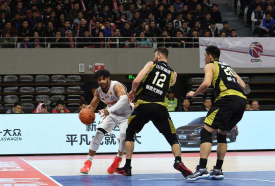 图为:浙江稠州银行队队员突破防御准备投篮。 王刚 摄