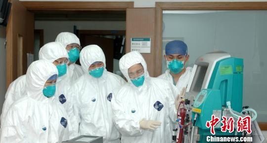 李兰娟院士在指导救治(右二为李兰娟院士)。项目组提供