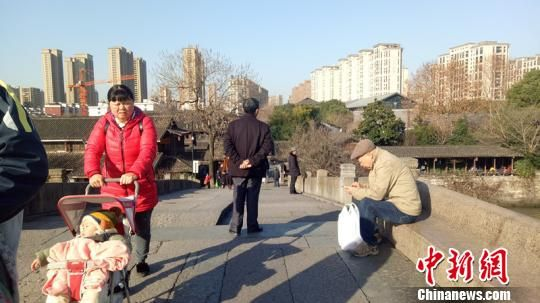 浙江杭州迎来久违的阳光 张煜欢 摄