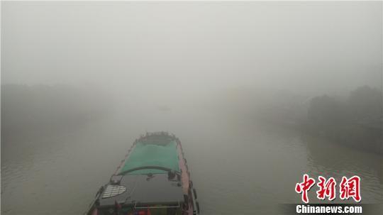 大雾天气下的浙江杭州 张煜欢 摄