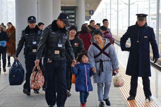 青田铁路派出所民警帮助旅客搬运行李。