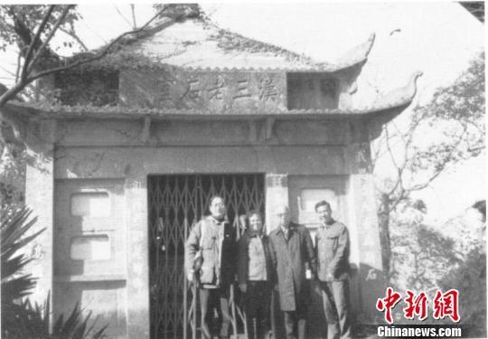 上世纪八十年代出饶宗颐在西泠印社孤山社址汉三老石室前留下珍贵纪念。西泠印社提供