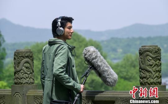 图为宣传片中王力宏在收录杭州声音。主办方供