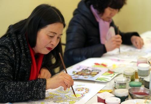 """余东村村民在画""""农民画""""林云龙摄"""
