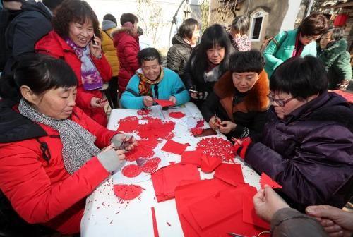 余东村村民在剪窗花 林云龙摄
