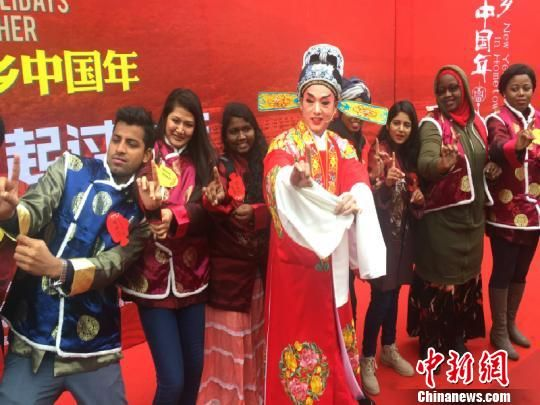 国际友人学习戏曲。周禹龙 摄