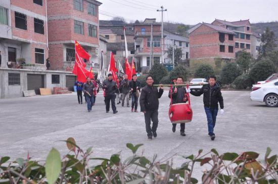 这次龙虎旗重新舞动,村民欢天喜地 兰宣