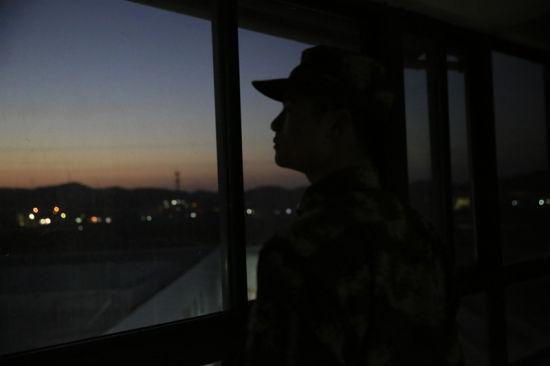 图为夜幕降临,哨兵目不转睛盯紧任务区域。 颜石斌 摄